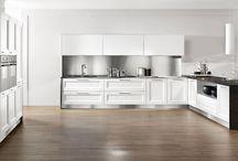 Cucine Moderne - Giò / GIO', dal carattere polivalente, è una elegante cucina in legno nelle finiture moro, miele, castagno e laccato nei colori bianco, avorio, celeste, rosso e giallo.