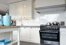 showroom keuken; savio / Massief houten keuken, met werkblad van gekapt graniet. Twee grote koel- en vrieskast , werkeiland met slavonisch hout, Falcon fornuis, vaatwasser, luxe kraan.