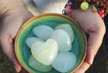 The wisdom of stones / Gemstones as tools for self-care and connection