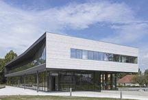 Innovate.in.architecture.06 - NL / Inspiratie als hoeksteen voor eigentijdse architectuur De architectuurwereld is continu in beweging. De ene trend is nog maar net ingeburgerd, of daar steekt de volgende alweer de kop op. Wie wil scoren, moet blindelings zijn weg vinden doorheen duurzame technieken en nieuwe materialen. Spannende tijden, waarin een helpende hand meer dan welkom is. Daarom inspireert Wienerberger u in deze Innovate.in.architecture.06 graag met enkele verrassende toepassingen van zijn producten.