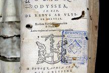 Homer. Om?roy Odysseia = Homeri Odyssea : ... [CM-1351] / Edició bilingüe, grec i llatí en pàgines contraposades, de l'Odissea i de dos de les obres atribuïdes a Homer, els Himnes homèrics i la Batrachomyomachia. És el segon volum d'una edició en 2 volums de l'obra completa impresa per Jean Crispin. El primer volum està datat el 1560. Imprès en format 16º, porta la marca de l'impressor a la portada, algunes caplletres ornades, frisos i altres ornamentacions dins el text.