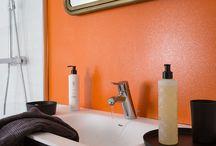 Strass / STRASS est un additif pailleté à ajouter aux peintures intérieures. Il permet de faire scintiller les murs, boiseries et les meubles en bois. Il s'adapte à tous les styles, à toutes les teintes et fait subtilement briller la déco.