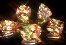 Zultanita: Una Piedra De Creatividad y Carisma / La zultanita es una maravillosa piedra tipo camaleón. Su color depende de la iluminación. Se extrae en Turquía, y en cantidades limitadas. Puedes encontrar más sobre su historia en: https://tendenciasjoyeria.com/zultanita-piedra/