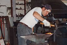 Officina Tour del fabbro Romano Sarvadon / Opere in ferro battuto e forgiato a caldo; con maglio e martello, forgia a carbone.