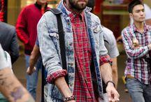 How to wear… Acid denim jackets! / Het tijdloze blauwe 'spijkerjackert' van grote denimlabels als Levi's, Lee en Wrangler  is al weer enige tijd in omloop en grote kans dat jij 'm al in je kast hebt hangen. Maar vergeet niet het (minstens) zo vette broertje, het 'acid denim jacket'!   Vanaf 35 euro is dit kekke jasje van jou en maak je je grunge look compleet!