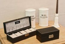 Uhrenboxen / Bei uns ist Ihre Zeit in sicheren Händen. Uhrenboxen, Uhrenkoffer und Uhrenetuis von SACHER dienen nicht nur der sicheren Aufbewahrung von Uhren. HIer kommen Uhren erst so richtig zur Geltung und jedes Sammlerherz schlägt schneller.  Bei der Auswahl der Materialien achten wir auf höchste Qualität. Wir verwenden daher nur wasserlösliche Kleber und nachhaltige Materialien.