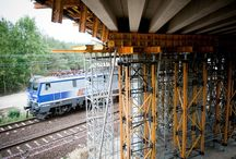 Wiadukt w ciągu DW726 w Opocznie / W marcu br., w ramach rozbudowy drogi wojewódzkiej nr 726 na odcinku Bukowiec Opoczyński – Dęborzeczka, rozpoczęła się budowa wiaduktu drogowego przebiegającego nad ułożoną skośnie w stosunku do niego czynną linią kolejową Centralnej Magistrali Kolejowej. Konstrukcja tego trzyprzęsłowego wiaduktu o długości ok. 70 m oparta jest na belkach prefabrykowanych typu T. Nasza firma dostarcza sprzęt na budowę obiektu.