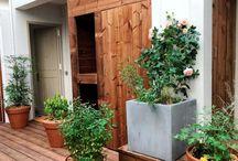 Patio / En extérieur, un espace pour profiter du grand air aménagé avec du mobilier de jardin, des plantes et des objets déco. Des idées pour en faire un lieu de vie agréable et convivial.