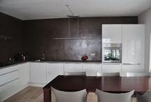Microcement, microbeton, betonlook stucwerk achterwanden keukens. / Het warme betonlook stucwerk met een fluweelzachte uitstraling is toe te passen op bijna iedere ondergrond. Omdat het in vele kleuren en verschillende structuren leverbaar is en in iedere ruimte in huis voor een bijzonder resultaat en natuurlijke sfeer kan zorgen is betonlook stucwerk volledig aan te passen naar uw persoonlijke voorkeuren en wensen. De Spaan Showroom adviseert u graag vanuit de praktijk de mogelijkheden.
