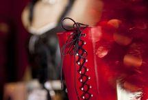 Boutique ZAZA à Nantes / Une discrète petite boutique à l'atmosphère baroque et raffinée. Vous serez accueilli par une vendeuse ou un vendeur aimable, disponible et compétent. Mode, DVD, chausures, sex-toys, livres, bandes-dessinées. Cabine d'essayage.