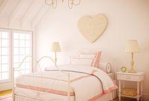 Rosado de amor / El rosado es un color tenue que armoniza cada rincón del hogar, es romántico, inocente y muy suave. Llena de calma los espacios y además, puedes combinarlo para crear diseños con diferentes estilos. Este tono posee dos personalidades, una brillante y muy extrovertida; y la otra suave y equilibrada. ¡No dejes atrás el amor de este precioso color!