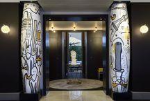 L'Art de Vivre du Dandy / Amoureux du savoir-vivre parisien, l'hôtel Le Marquis vous plonge dans l'art de plaire à la française. On y découvre un boutique-hôtel habité d'élégance et de raffinement où règne l'art du goût et de la libre pensée.