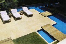 madeira ao redor da piscina condomínio