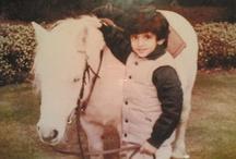 Hamdan MRM: niñez y adolescencia 1 / Hamdan bin Mohammed bin Rashid Al Maktoum (Fazza'a) 14/11/1982 . Nombrado príncipe heredero de Dubái el 01/02/2008.   - Padre: Mohammed bin Rashid bin Saeed Al Maktoum.  - Madre: Hind bint Maktoum bin Juma Al Maktoum.