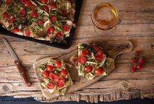 focaccia  mess inese con insalata e pomodorini