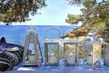 Summer Time / Bord de mer, on se balade dans la pinède, une lanterne à la main pour éclairer les chemins rocailleux. La mer à perte de vue, on se laisse aller à la Dolce Vita …