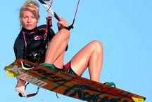Kiteboarding / Už vás nebaví jen ležet a opalovat se na pláži? Chcete zažít něco nového? Vyzkoušejte si kiteboarding - jízdu s drakem na plováku. Nechte se tahat sílou větru a prohánějte se po vodní hladině. Více zde: http://www.impresio.eu/zazitek/kiteboarding