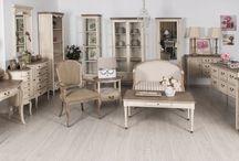 Kolekcja Limena / Starannie dobrane detale, stonowane pastele i brązy oraz najwyższej jakości materiały to niewątpliwe atuty LIMENA. Elegancja i styl oraz pozytywna energia to cechy które uzyska każdy salon, sypialnia czy też jadalnia z meblami LIMENA. Dzięki szerokiej gamie składającej się z komód, witryn, konsol, ław oraz stołów możliwa jest  swobodna aranżacja każdego pomieszczenia.