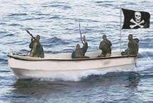 Somalian merirosvot - Somalian pirates / Somalian merirosvous alkoi v. 2000. Syitä siihen ovat valtion hajoaminen, valtatyhjiö, massatyöttömyys, ulkomaisen ryöstökalastuksen aiheuttama kalastuselinkeinon kannattamattomuus sekä muutaman onnistuneen kaappauksen aiheuttama buumi. Tyyppillinen merirosvo on köyhä n. 20 v mies, jonka motiivi on rikastuminen eikä ideologia (ISIS, Al-Qaida, tms.).