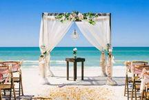 Casamento na Praia / Diversos modelos para te inspirar de fotos de casamento na praia. Veja ideias de casamento na praia simples,  inspirações de decoração de casamento na praia e também noivado na praia. Aproveite! #decoracaodepraia #casamentonapraia #decoracaodecasamentonapraia