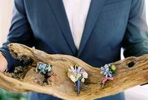 boutonniere / flores en el ojal del novio y los invitados a una boda