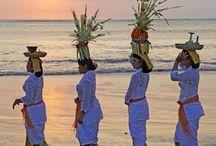 Bali / Bali, l'isola degli Dei, è un gioiello incastonato nell'arcipelago indonesiano, tra Giava e Lombok. Verde, scintillante, morbida, spirituale, l'isola è un'enclave induista in una parte del mondo a prevalenza musulmana e ha sviluppato un sincretismo che tocca ogni aspetto della vita.