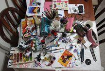 """Projeto Bagunça /Mess Project - The table of the Artist / Sempre fiz muita bagunça durante alguma criação e sempre tirava fotografia da bagunça da minha mesa e postava no Instagram, e as pessoas gostavam. E eu me perguntava """"Como é a bagunça do pessoal que também mexe com artes? Igual a minha não será, porque depende do material usado etc.."""" Dito isso, criei o Projeto Bagunça no blog 9dadesasolta.com com a foto de vários artistas e suas mesas bagunçadas! - this is portuguese, translate at google (sorry, do not have enough space to translate here :( )"""