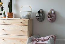 Jak wygospodarować i przygotować kącik dla noworodka w niewielkiej sypialni rodziców? / Zobaczcie, jak poradziła sobie z tym Małgosia z bloga Dom w kadrze, urządzając na tle białych ścian piękne królestwo dla swojej małej córeczki! <3