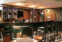 Kawiarnia. / Niezawodny szef baru Hotelu Ameliówka*** ma od dawna swój fanklub i jest uwielbiany przez naszych stałych Gości nie tylko ze względu na przemiłą aparycję, lecz także na kunszt, jaki prezentuje w przygotowywaniu najwymyślniejszych drinków i kaw..