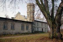 Kłobukowice - Pałac / Pałac w Kłobukowicach z XIX wieku. Przed I wojną światową należał do światowej sławy śpiewaków operowych, braci Jana i Edwarda Reszków. Od roku 1922 pałac był własnością córki Edwarda − Janiny Nieniewskiej. W latach 30. XX w. przekazała posiadłość miastu Częstochowa. Służył częstochowskim dzieciom za miejsce letniego wypoczynku. Po Powstaniu Warszawskim, trafiło tu około 2 tysiące dzieci ze zniszczonej stolicy. Po zakończeniu wojny w pałacu działał sierociniec. Obecnie - własność prywatna.