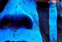 MUNDO AZUL / Paisajes y objetos que tienen como denominador común el color azul que los singulariza.