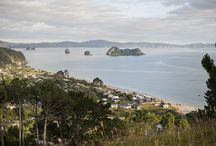 Hahei / Hahei is a stunning seaside settlement packed with dramatic geographical features such as Cathedral Cove