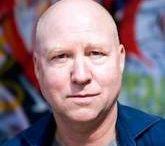 Åke Edwardson  / Åke Edwardson (Eksjö (Zweden), 1953) is een Zweeds schrijver van literaire thrillers, journalist en hoogleraar aan de Universiteit van Göteborg.
