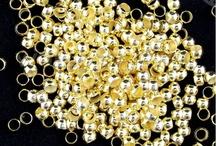 Minuterie Di Ottone / Abbiamo una vastissima gamma di minuterie in ottone anallergico, chiusure, basi per orecchini, contromaglie, distanziatori, coppette e tanto altro. Tutto disponibile sul nostro sito web www.worldofjewel.it