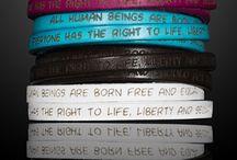 """NEW IN: Human Rights Bracelets / """"Alle Menschen sind frei und gleich an Würde und Rechten geboren."""" - Die handgefertigten, dreireihigen Leder-Armbänder der GILARDY """"Human Rights"""" Kollektion bestehen aus echtem Rindsleder und sind in verschiedenen Farben erhältlich. Eingraviert sind Auszüge aus der Menschenrechts-Charta der Vereinten Nationen (UN). Mit jedem erworbenen Armband der Human Rights Collection gehen automatisch 3,- Euro als Spende an die """"HUMAN RIGHTS WATCH"""" Organisation."""