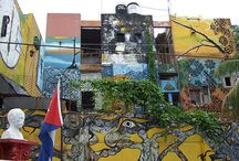 Callejón de Hamel / Aparte de sus murales, pinturas, esculturas e instalaciones de arte contemporáneo que no dejan indiferente a nadie, otra de las razones para visitar el principal templo de la cultura afrocubana en La Habana es la música, sobre todo los domingos al mediodía, momento en que los tambores y los ritmos de la rumba habanera toman el lugar. / by Paseos por La Habana