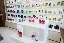 Magazin Farmec, Sibiu / Conceptul amenajării magazinului Farmec din Sibiu este unul minimalist, funcțional și elegant. Finisajele moderne, mobilierul spațios și soluțiile de iluminare, împreună cu modul de aranjare a produselor, au fost gândite astfel încât să pună în valoare produsele aranjate pe game: Farmec, Gerovital, AslaVital, Nufărul și Triumf.