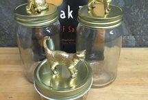 大久保製壜所厳選選 Various bottle㉗ / 大久保製壜所による厳選デザインボトル第27回目は、猫があしらわれたガラスびんを中心に集めました。実用性もありながら、インテリアとしても暮らしに華を添えてくれそうですね。