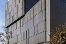 Screenpanel / -   El panel Screenpanel es un producto de una sola piel que permite revestir fachadas. Se puede instalar de forma vertical, horizontal o diagonal.  -  Se cuenta con dos opciones de panel, con y sin cantería. Ambas alternativas se instalan directo a estructura mediante perfil de aluminio estándar (en el caso con cantería) o pernos (sin cantería).