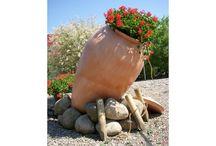 Donica Amfora / Amfora znakomicie nadaje się do dekoracji ogrodów, daje ona wiele możliwości aranżacyjnych, można ją postawić pionowo, lub oprzeć o stos kamieni lub drewna i wypełnić kwiatami lub innymi roślinami, w przestrzeniach wewnętrznych świetnie sprawdza się jako klasyczna, a zarazem oryginalna ozdoba.