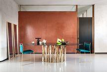 475 BOBOLI, design Rodolfo Dordoni / ロドルフォ・ドルドーニのデザインにより2007年に発表されたBOBOLI(ボボリ)テーブルが、このたび仕様を新たに生まれ変わりました。ツイストしたメタルのプレートが彫刻的な美しさを放つベース部分は、新たな仕上げ、形状が加わり、サイズ5種類、シェイプ3種類、ベースの仕上げ4種類、天板の仕上げ5種類を組み合わせ、合計100通りの中からお選びいただけます。