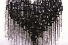 """Artista: Annette Messager / """"Hacer arte es tomar posesión de una vida que no se llega a vivir. Hay algo de monstruoso en la vida cotidiana, como cuando pisas un zapato en la oscuridad. Son pequeñas agresiones y sucesos desdichados que nos marcan con su misterio"""". Annette Messager"""