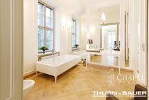 Kasetony w wiedeńskim pałacu / Pałac - tak z pewnością można nazwać wolnostojący budynek z bogatą przeszłością, który mieści się w XIII dystrykcie stolicy Austrii, a dokładniej - przy Hietzinger Hauptstraße, vis-a-vis Ambasady RP w Wiedniu.  Za projekt wnętrz i rewitalizację obiektu odpowiada firma Thurn&Bauer Immobiliengruppe.   We wnętrzach zamontowano łącznie około 240 m kw kasetonów Etoille w kolorze naturalnym białym z oferty firmy Chapel Parket Polska.   Fot. Thurn&Bauer Immobiliengruppe