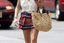 short estampado , blusa branca babado e bolsa palha