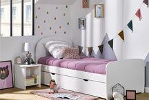 La Collection Luen / Lit pour Enfant et Adolescent de dimensions 90x190 cm, coloris blanc il possède une tête de lit imposante de forme arrondie, de même pour son pied de lit. Un Lit Enfant idéal pour votre fils autant que pour votre fille grâce à sa sobriété. Pour une petite fille inspirez vous de la photo pour la décoration de la chambre. Privilégiez les couleurs douces comme le parme, le rose ainsi que les couleurs pastels pour une ambiance douce et chaleureuse.