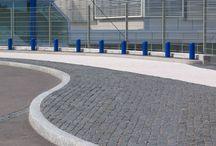 Graniittireunakivet / Graniittireunakivet ovat kestäviä ja ne luovat ympäristöön viimeistellyn ilmeen. Valikoimassamme on Suorareunakiviä (R), Viistereunakiviä (V) ja Luiskattuja reunakiviä (LR).
