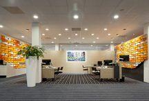 Project Rabobank Bussum & Laren / Interieurarchitect Ab Oosterhof heeft de bankhallen van de Rabobanken Bussum en Laren ontworpen en ingericht. Vitrapoint heeft perfect ondersteund en voor de levering en plaatsing meubels en de Kvadrat tiles gezorgd.