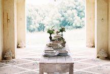 TUSCANY - TOSKANA (Tuscan inspired interiors) / Die Farben der Toskana: Ockergelb, Grün, Rostrot in allen Schattierungen. Warme Farben, Erdtöne. Der Natur zugewandt. Rustikal. Der toskanische Landhausstil (Tuscany Style) ist Sehnsuchtswohnen. Sehnsucht nach Sonne, Erde, Wein, einem einfachen, aber trotzdem raffinierten Leben, in dem man auf Luxus nicht verzichten muss. Man denke an italienische Textilien, Ess-, Wein- und Lebenskultur, an die Kunst, die Medicis, Leonardo da Vinci... Jede Stadt birgt ungeheure Schätze.