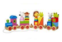 Orange Tree Toys / Orange Tree Toys je rodinný podnik, založený v roce 2000. Výrobky jsou navrženy ve Velké Británii a ručně vyráběny z kvalitního dřeva. Vynikají především pestrou a sytou paletou barev, které jsou samozřejmé netoxické a odpovídají standardům. Všechny hračky jsou navrženy pro maximální zábavu Vašich ratolestí a bezpečnost.
