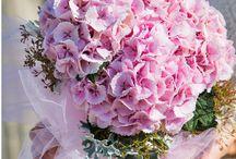 Blumiges für die Hochzeit / Hier gibt's inspirierende und zeitgemäße Gestaltungsideen für Brautstrauß und Brautschmuck, Fahrzeug- und Kirchenschmuck und viele weitere kreative Ideen rund um einen der schönsten Tage im Leben!